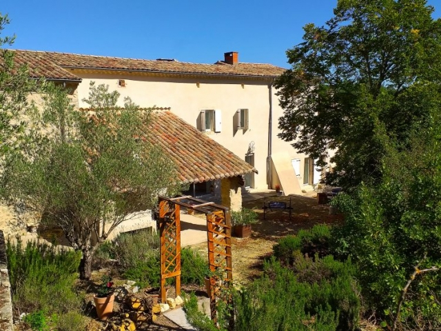 La terrasse et la roseraie de La Source Ardèche